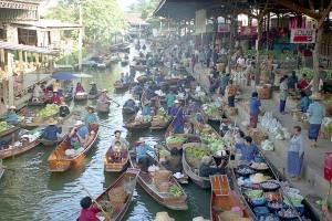 Pasar Terapung Damoen