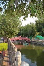 Sungai kecil di samping Marble Temple