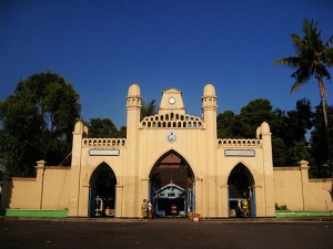 Solo-Surakarta-Mosque-Entrance-300x225