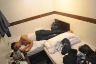 Saking sempitnya, ranjangnya beradu gini :p