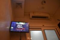 Ada TV tepat di atas kepala :p ACnya juga