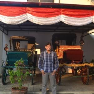 Mejeng di depan mobil antik