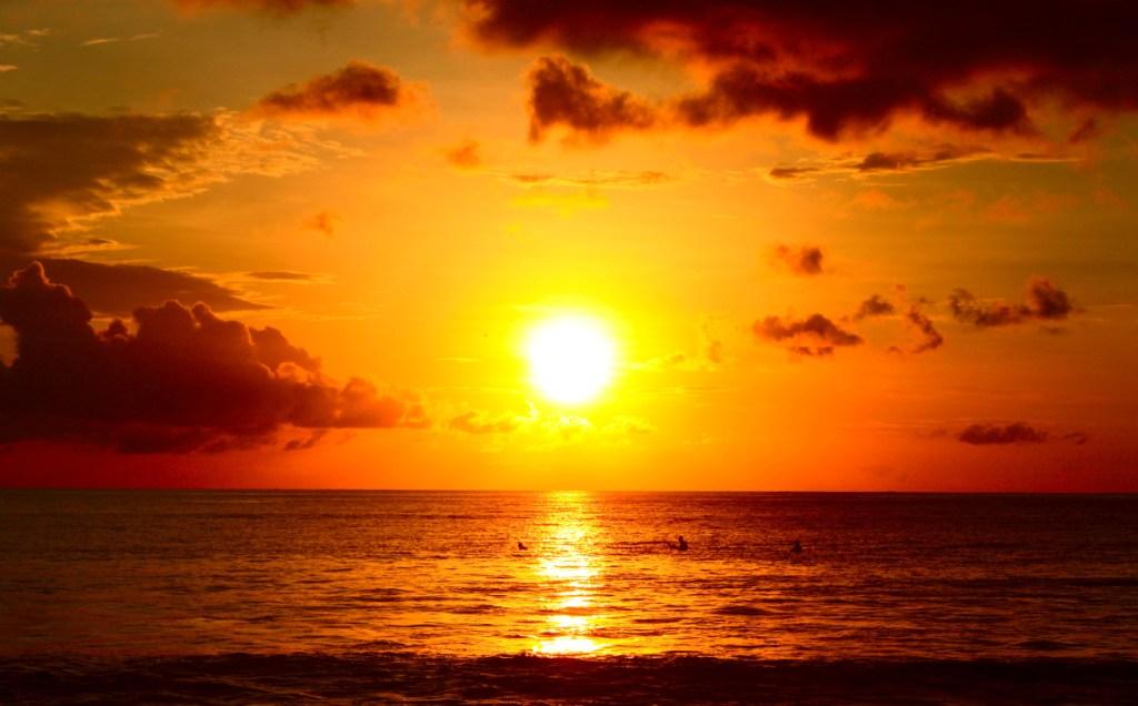 Mengintip Eksotisnya Pantai Matahari Terbenam Omnduut