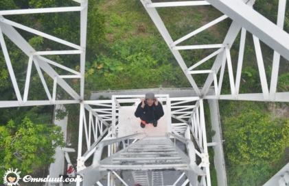 Motret mbak Dee dari puncak menara