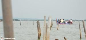 Perahu berjalan ke tengah perairan