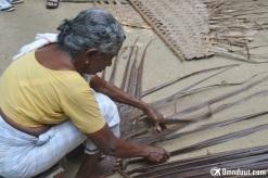 Membuat atap dari daun kelapa